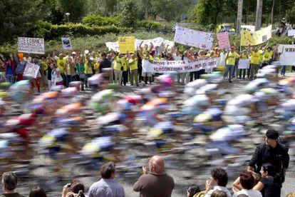 Afectados por las preferentes se manifiestan al paso del pelotón por el Alto de San Cosme, en Vigo.