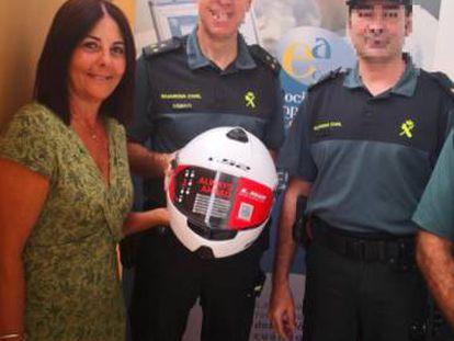 Imagen de la entrega de los cascos a los agentes de la Guardia Civil.