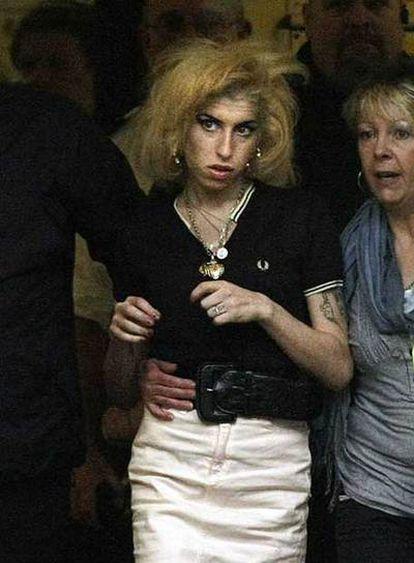Amy Winehouse, a su salida de un juzgado de Londres.