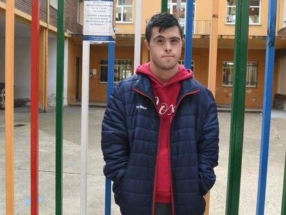 Rubén Calleja, frente al colegio Antonio González de Lama, en León, del que fue obligado a abandonar hace una década, cuando tenía 11 años, para ir a un centro especial.