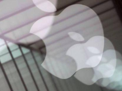 El logo de Apple, reflejado en el escaparate de una tienda en Shanghái.