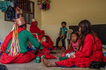 Indígenas del pueblo Embera desplazados en Ituango hacen fila por ayuda humanitaria en un albergue de la población.