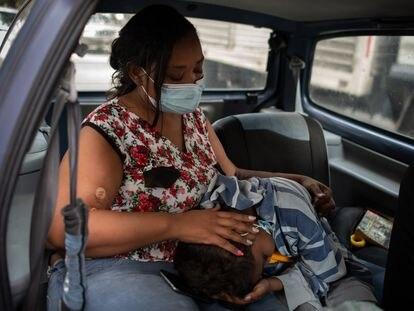 Yohelys Céspedes consuela a su hijo Angel antes de ingresarlo al hospital.  Angel tiene 14 años y es paciente renal desde hace 4 años, actualmente está en espera de un transplante de riñón.