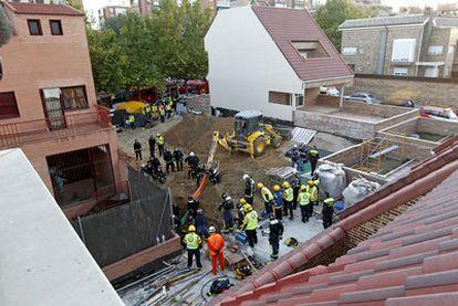Los equipos de rescate trabajaron durante horas para rescatar a los obreros atrapados por el corrimiento de tierra en un solar de la calle Alegría de Oria.