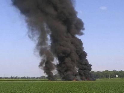 El accidente de avión en Misisipi deja una gran columna de humo.