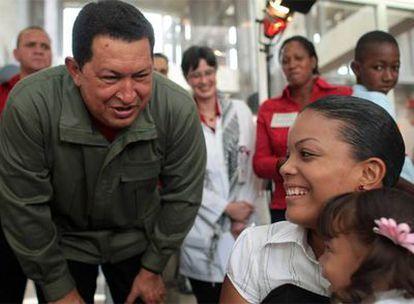 Hugo Chávez, durante la visita a un hospital infantil en Caracas