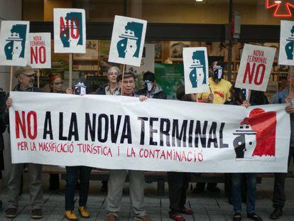 Protesta de entidades vecinales y ecologistas ante el Consejo de Administración del Puerto de Barcelona.