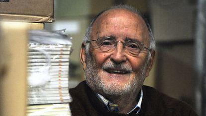 Ernesto Santolaya, en la sede de su editorial en Vitoria.