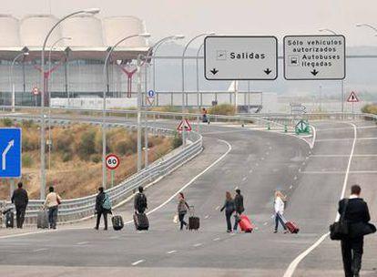 Algunos taxistas que siguen trabajando no pueden acercarse a la terminal ante el miedo a ser agredidos y dejan a los pasajeros a la salida de la autovía.