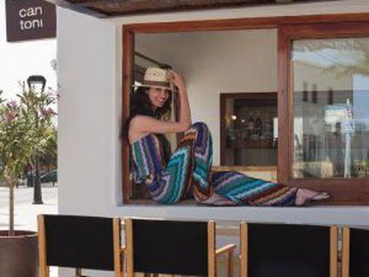 La modelo Eugenia Silva posa en su restaurante de Formentera, Can Toni.