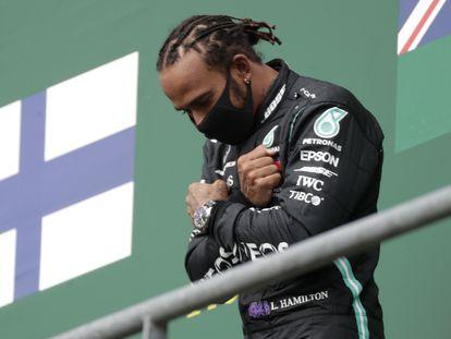 Lewis Hamilton celebra su triunfo en el podio de Spa-