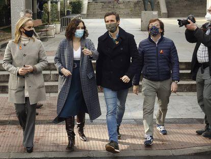 De izquierda a derecha: Ana Camins, secretaria general del PP de Madrid; Isabel Díaz Ayuso, presidenta de la Comunidad de Madrid; Pablo Casado, presidente del PP, y José Luis Martínez-Almeida, alcalde de la capital, este domingo en Madrid.