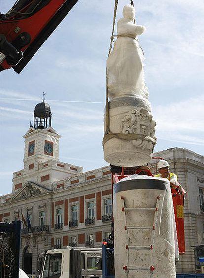 Colocación de la estatua de la Mariblanca, en la esquina de Sol con la calle Arenal.