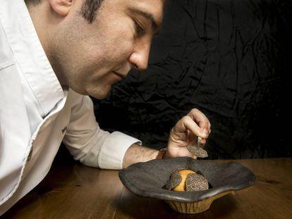 David López prepara un estofado de setas silvestres.