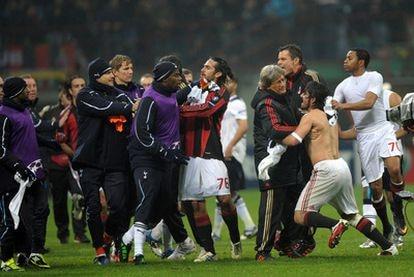 El centrocampista del Milan va a buscar tangana tras el pitido final del árbitro.