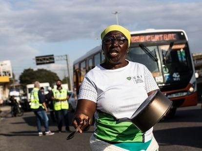 Una mujer protesta por las subidas de la gasolina en Río de Janeiro, Brasil, el pasado 4 de agosto.
