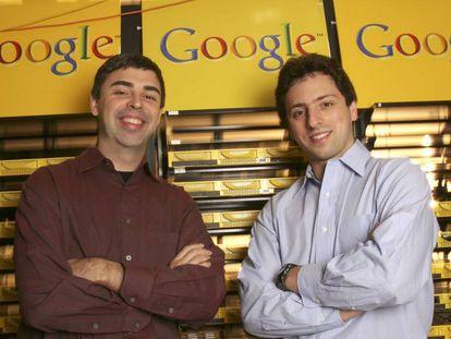 Los cofundadores de Google, Larry Page y Sergey Brin, en el campus de su empresa en Mountain View en 2003