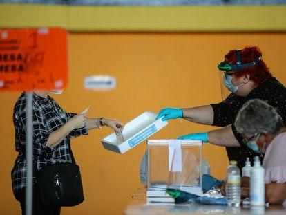 Una mujer vota este domingo en las elecciones autonómicas de Galicia, en la comarca de A Mariña, Lugo.
