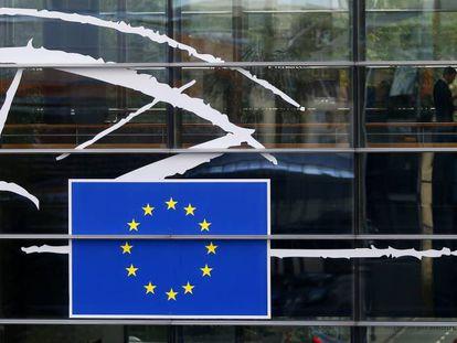 Un grupo de personas en el interior de la sede del Parlamento Europeo en Bruselas.