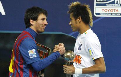Messi y Neymar se saludan en el Mundial de Clubes en 2011.