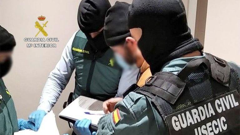 Miembros de la Guardia Civil durante la detención este viernes en Madrid de un presunto miembro del ISiS.