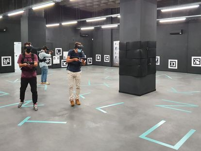 Un equipo juega a 'Contagio' en Virtual Arena Madrid.