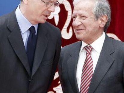 El ministro de Justicia, Alberto Ruiz-Gallardón, charla con el presidente del Constitucional, Pascual Sala.