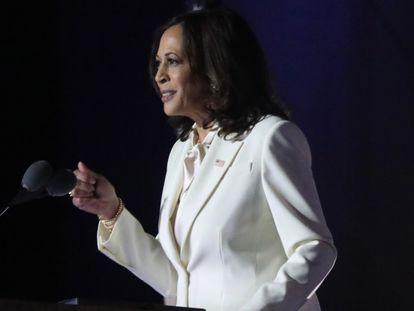Kamala Harris se dirige a sus simpatizantes tras conocerse la victoria demócrata, este sábado en Wilmington.