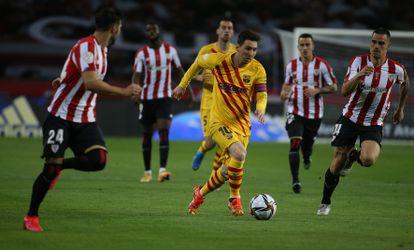 Messi se va de varios contrarios durante final de la Copa de Rey contra el Athletic en La Cartuja.