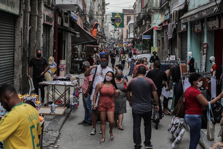 Dozens of people walk through the Saara shopping center in Rio de Janeiro last June.  the second state in Brazil most affected by the pandemic.