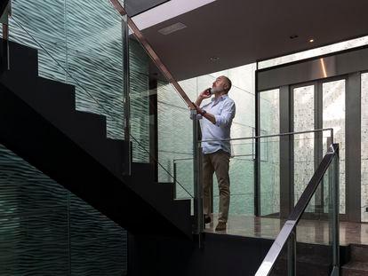 José Luis Fernández, director del apartotel Suites Avenue de Barcelona, durante su recorrido de inspección por las instalaciones.