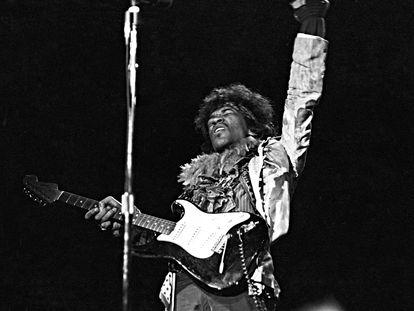 Jimi Hendrix (1942-1970)  con su Fender en el festival Monterey Pop  en junio de 1967.