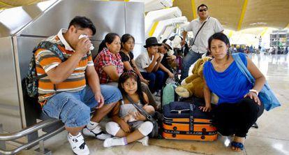 Familia de inmigrantes sudamericanos que parte de retorno, en la T4 del aeropuerto de Barajas.