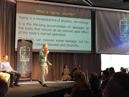 Aubrey de Grey durante su intervención en la conferencia El Futuro de la Gente.