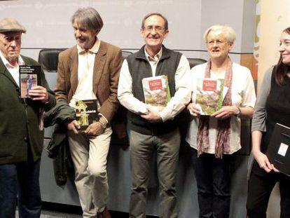 Desde la izquierda, Pinilla, Saizarbitoria; los premiados en traducción, Iñaki Mendiguren y Sarah Turtle, y la ilustradora Elena Odriozola, tras conocerse el fallo de los Premios Euskadi.