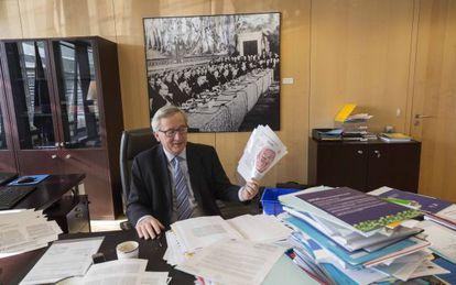 Juncker, sostiene una copia de una entrevista anterior con EL PAÍS, en su despacho en Bruselas la semana pasada.