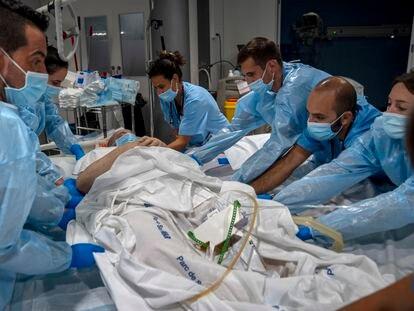 Un equipo de sanitarios traslada a un paciente del Hospital del Mar.