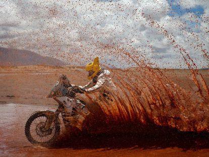 La octava etapa del Dakar, que se disputa este martes 10 de enero, fue acortada por el desbordamiento de un río, informó la organización desde el campamento de Uyuni (Bolivia). En la imágen, el británico Max Hunt conduce su FR 450 Rally Husqvarna.