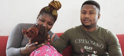 Fatmata Bangura, junto a su marido y su hija Kadiatu.