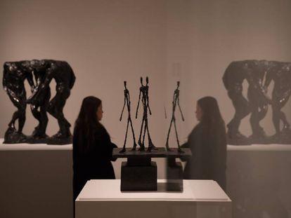 Una visitante de la exposicion Rodin-Giacometti en la Fundacion Mapfre, en Madrid.