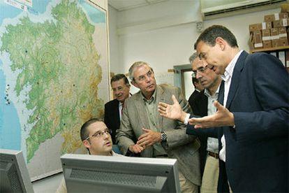 El presidente del Gobierno, durante su visita al Centro de Coordinación de Incendios Forestales de Santiago de Compostela.