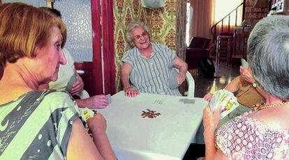 Mujeres de Tàrbena jugando a las cartas.