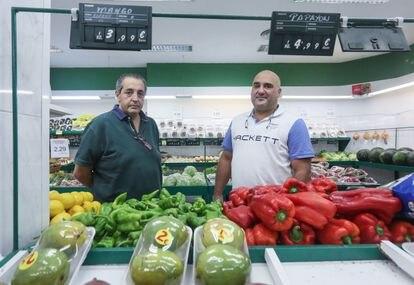 Julio García (izquierda) y Alfredo García, primos y propietarios de 28 fruterías en la región.