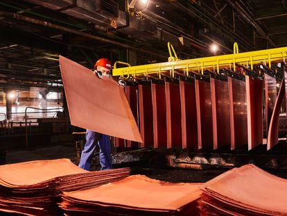 Un trabajador manipula cátodos de cobre en una fundición de Polonia.