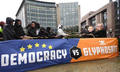 Activistas se manifiestan ante la Comisión Europea para pedir que no se apruebe la renovación del glifosato, en la mañana de este lunes en Bruselas.