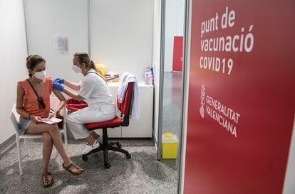 Una joven recibe la primera dosis de la vacuna, este miércoles en Valencia.