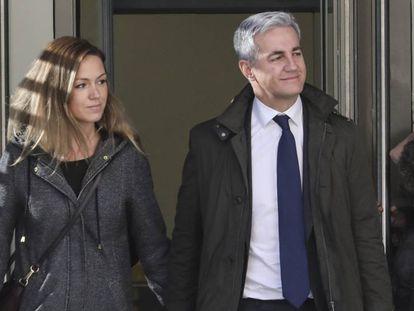 Ricardo Costa y su esposa salen de la Audiencia Nacional.