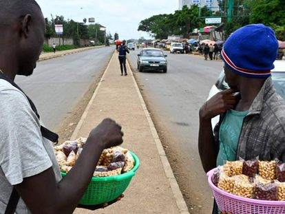 Vendedores de cacahuetes en las calles de Nairobi, Kenia.