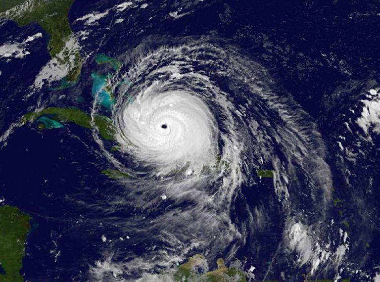 El huracán Irma sobre la isla de Cuba y acercándose a Florida, en septiembre de 2017.