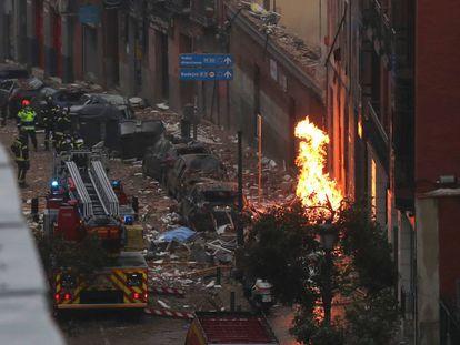 Efectivos de Bomberos, Policía y equipos de emergencias trabajan en la calle de Toledo de Madrid, en el lugar en el que una explosión ha provocado el derrumbe de parte de un edificio de seis plantas en el centro de Madrid.